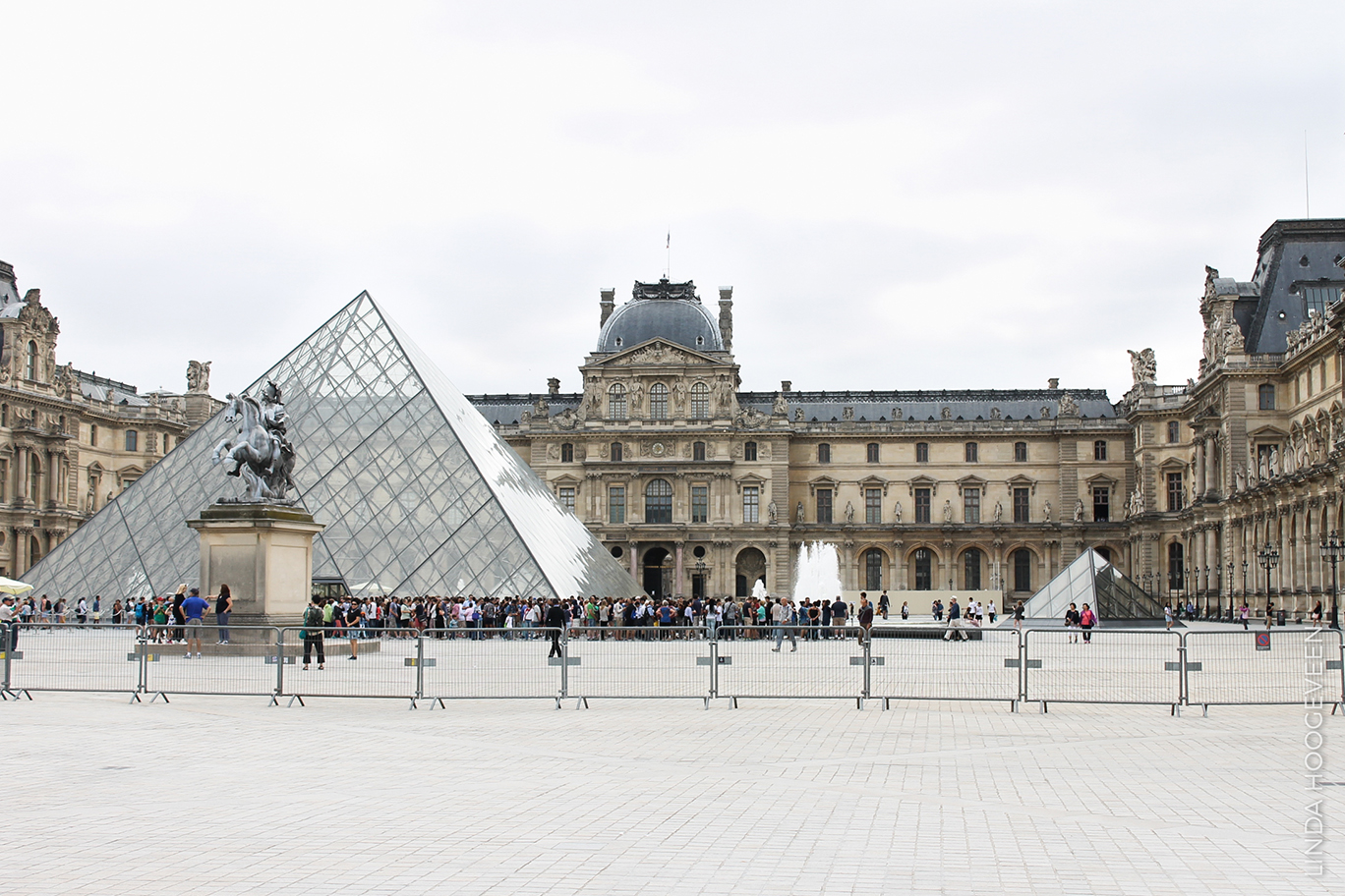 Louvre piramide in Parijs